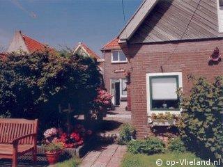 Pension Duin en Dal, Pension Duin en Dal in de dorpsstraat van Vlieland